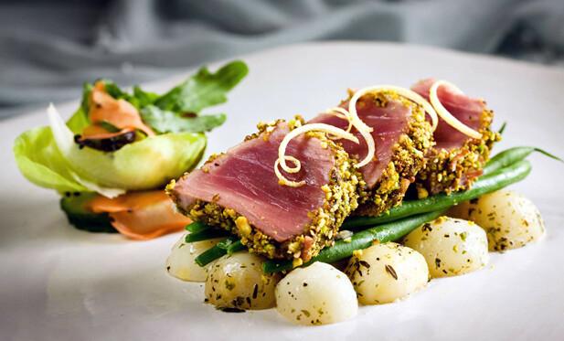 Trancio di tonno in crosta di pistacchi con insalata di finocchi, arance e olive taggiasche