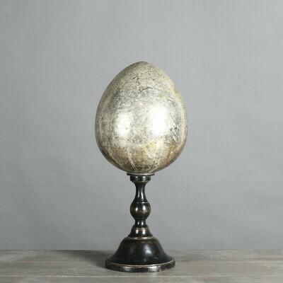 Oeuf argenté en céramique sur socle en bois