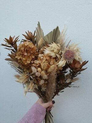 Букет из сухоцветов с гортензией, леукадендроном и серрурией