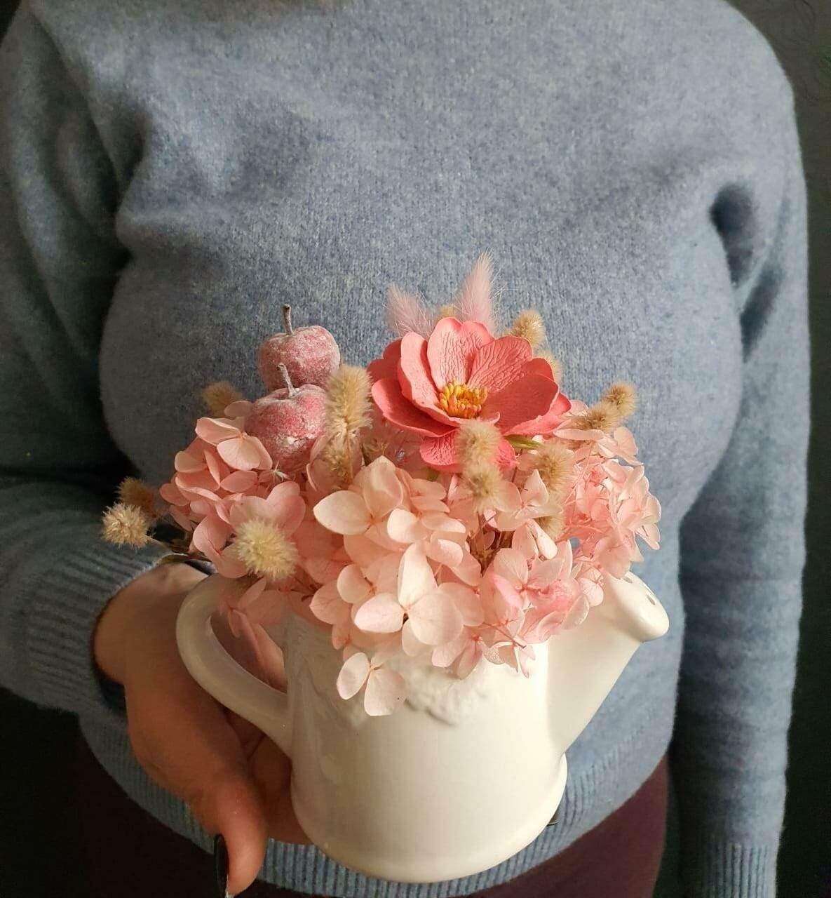 Комплимент из сухоцветов и цветов в лейке