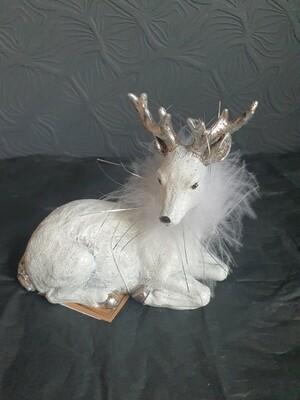 Сувенир олень лежачий белый 11см