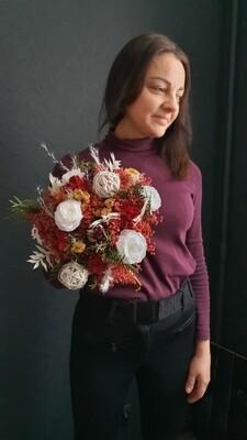 Букет из сухоцветов и стабилизированных белых роз яркий