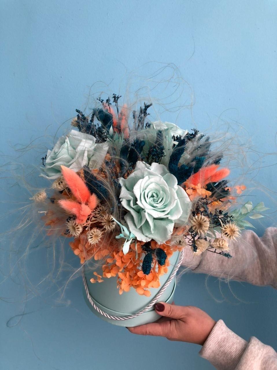 Композиция из сухоцветов и стабилизированных цветов в шляпной коробке мята