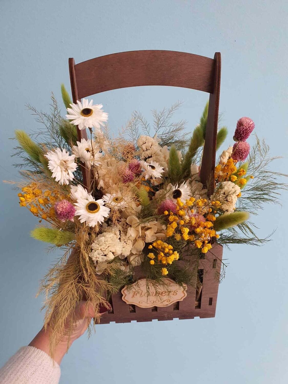Ящик с сухоцветами и стабилизированными цветами весна