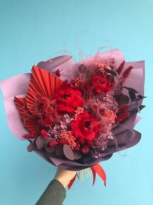 Букет из стабилизированных цветов и сухоцветов красно-лиловый