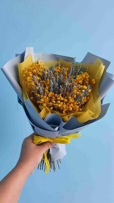 Букет из жёлтой гипсофилы с голубой лавандой