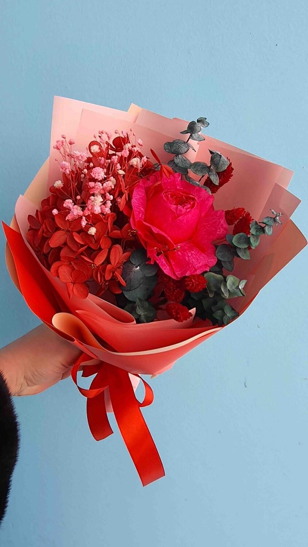 Букет комплимент из стабилизированных цветов с розой
