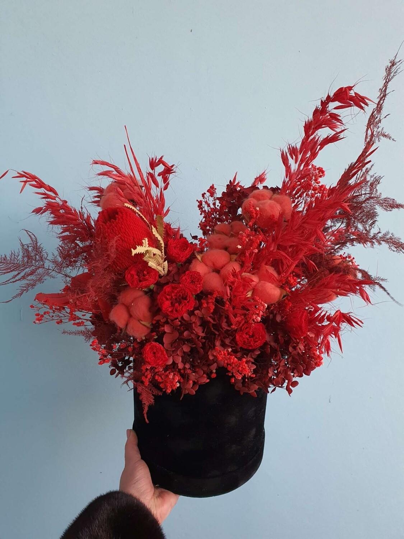 Композиция страстный поцелуй из сухоцветов и стабилизированных цветов