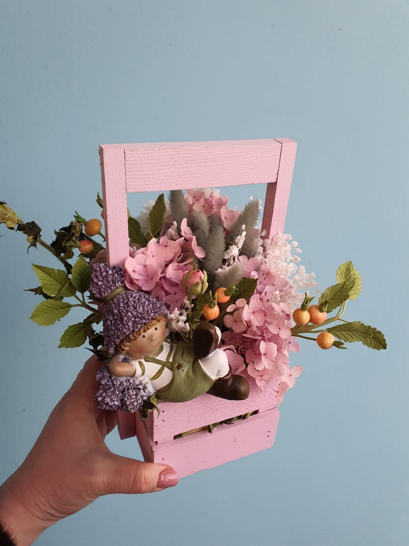 Композиция Садовник в шиповнике из сухоцветов и цветов ручной работы