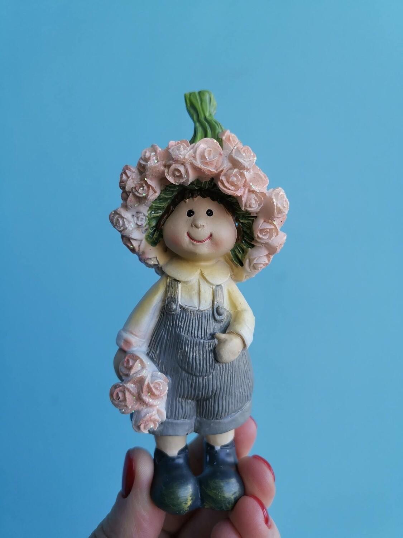 Сувенир керамика мальчик с розами серый 13см