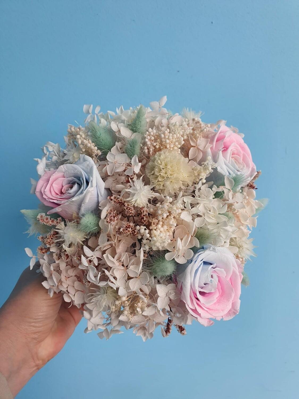 Композиция из стабилизированных цветов и сухоцветов акварель