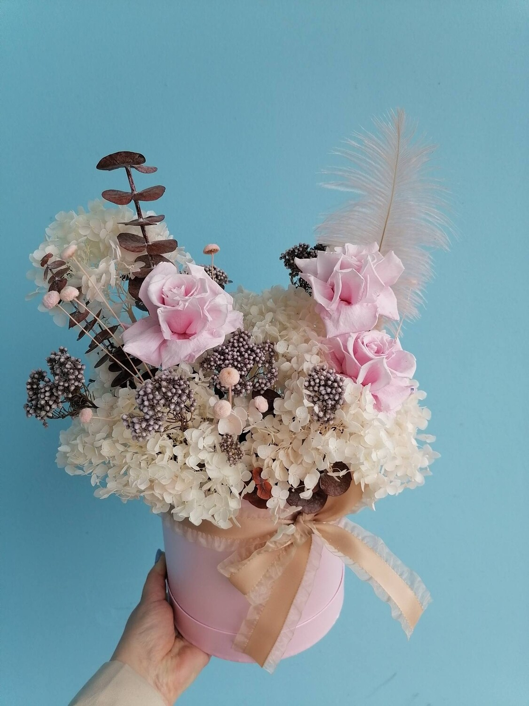 Композиция из стабилизированных цветов и шляпной коробке dreams