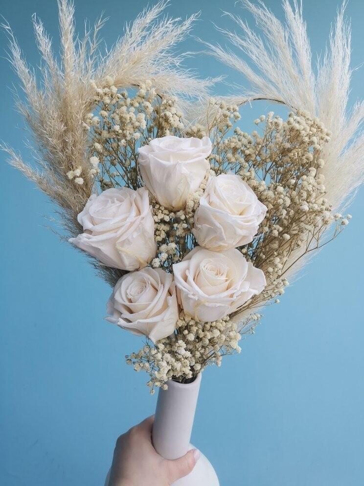 Букет из сухоцветов и стабилизированных роз любовь