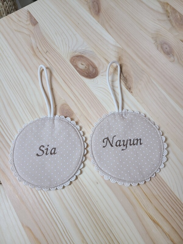 Beige lace name tag( 1 item)