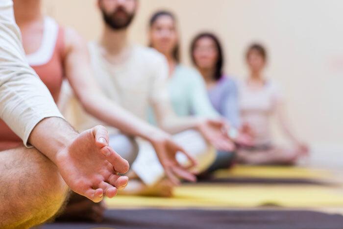 Yoga sur chaise (aucun mouvement au sol) Yoga sur chaise (aucun mouvement au sol