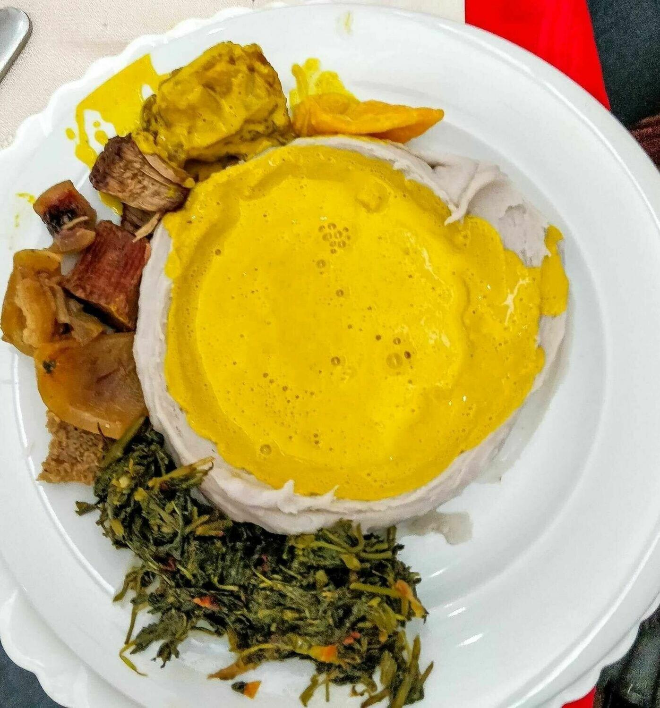 Taro + sauce jaune et champignon, poulet, peau ou viande de boeuf