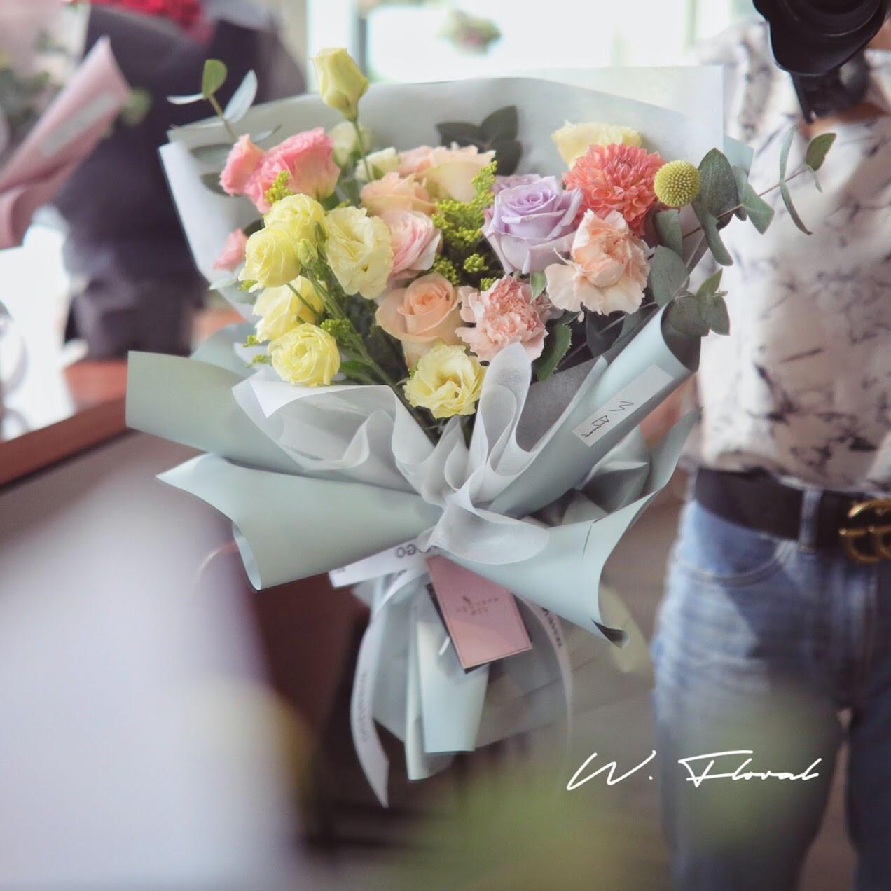 Medium W Signature Bouquet