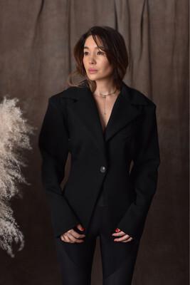 Пиджак приталенный с акцентными плечами