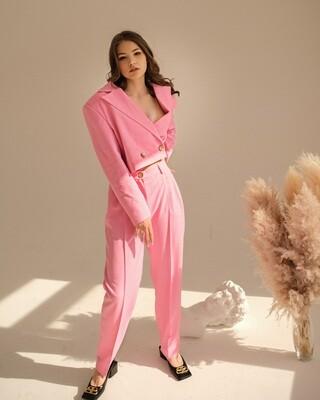 Укороченный костюм в розовом цвете