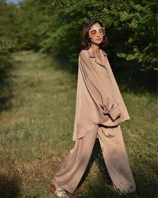 Атласный костюм в пижамном стиле