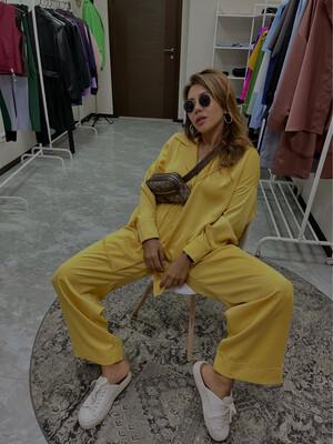 Атласный костюм в пижамном стиле в цвете «Манго»