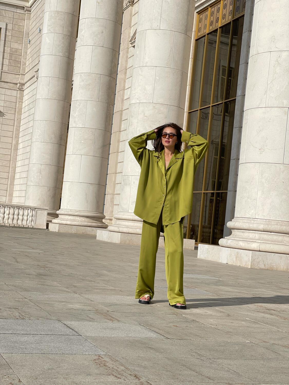 Атласный костюм в пижамном стиле в оливковом цвете