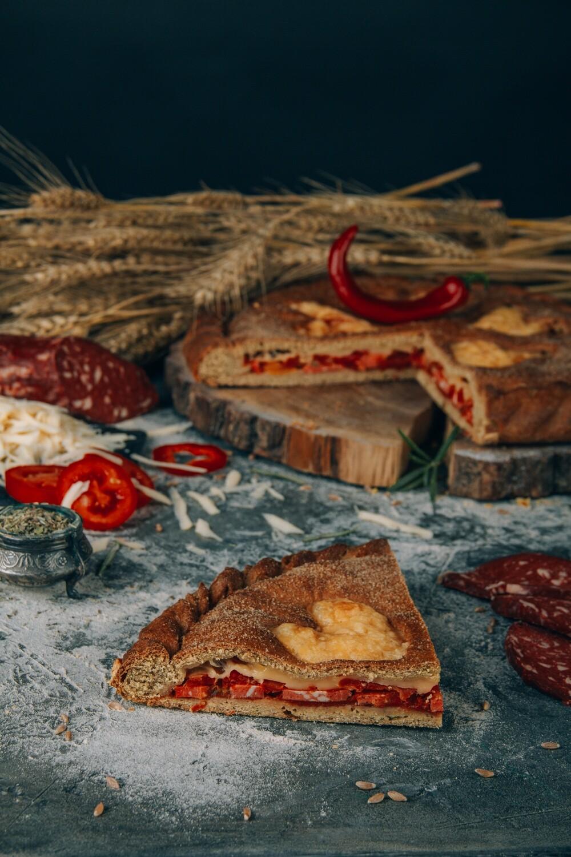 Пицца с веганской колбаской и моцареллой