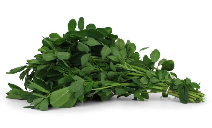 Atado de alfalfa fresca aprox 1kilo y  1/2