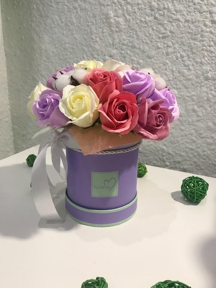 Композиция 19 мыльных роз и 4 нежных хлопка