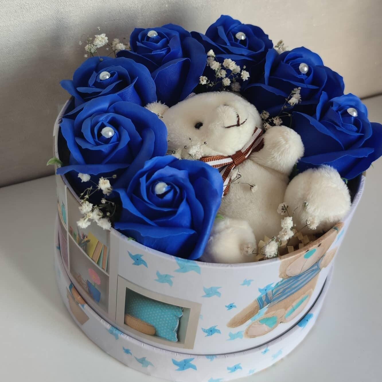 Композиция выполнена из 7 синих роз и милым мишкой.