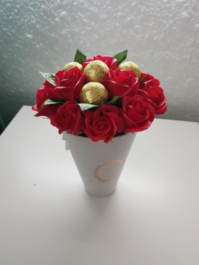 Композиция 13 мыльных роз и 4 конфеты