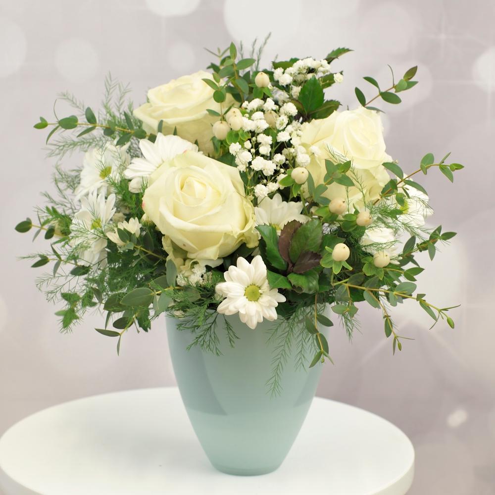 Kytica s bielymi ružami