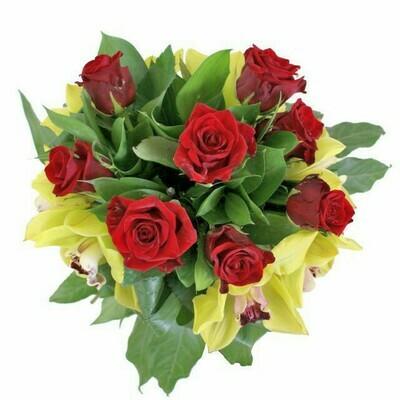Kytica červených ruží s orchideou