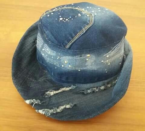 Cappello in jeans rigenerato