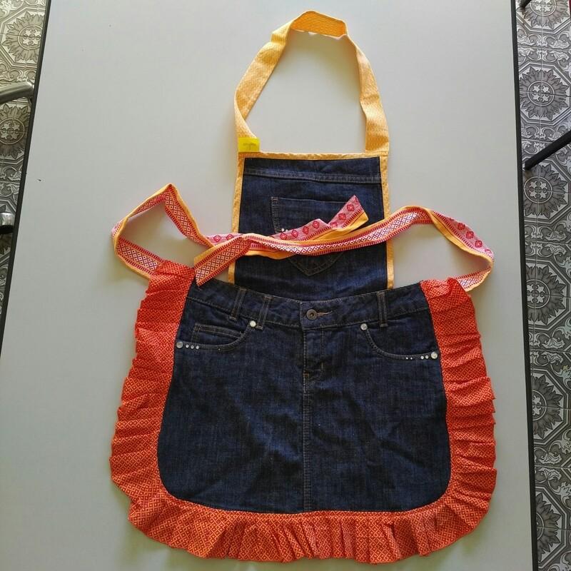 Grembiule cucina in jeans rigenerato lavorato a mano