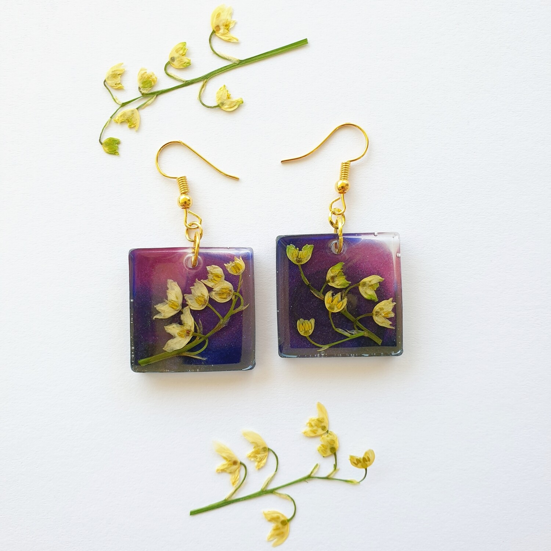 Cvetlični uhani zlate solzice v vijoličnih kvadratkih