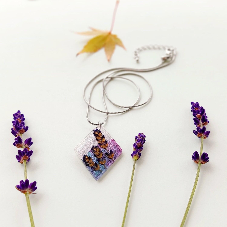 Cvetlično mineralna ogrlica ROMB S SIVKO