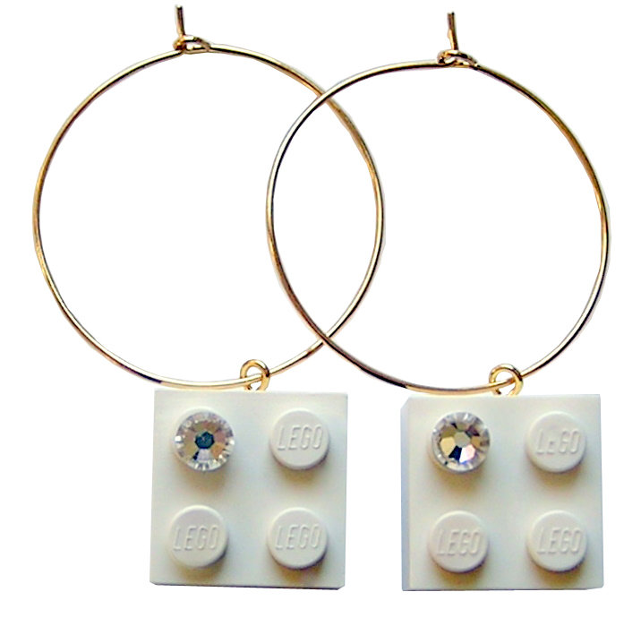 White LEGO® brick 2x2 with a 'Diamond' color SWAROVSKI® crystal on a Gold plated hoop