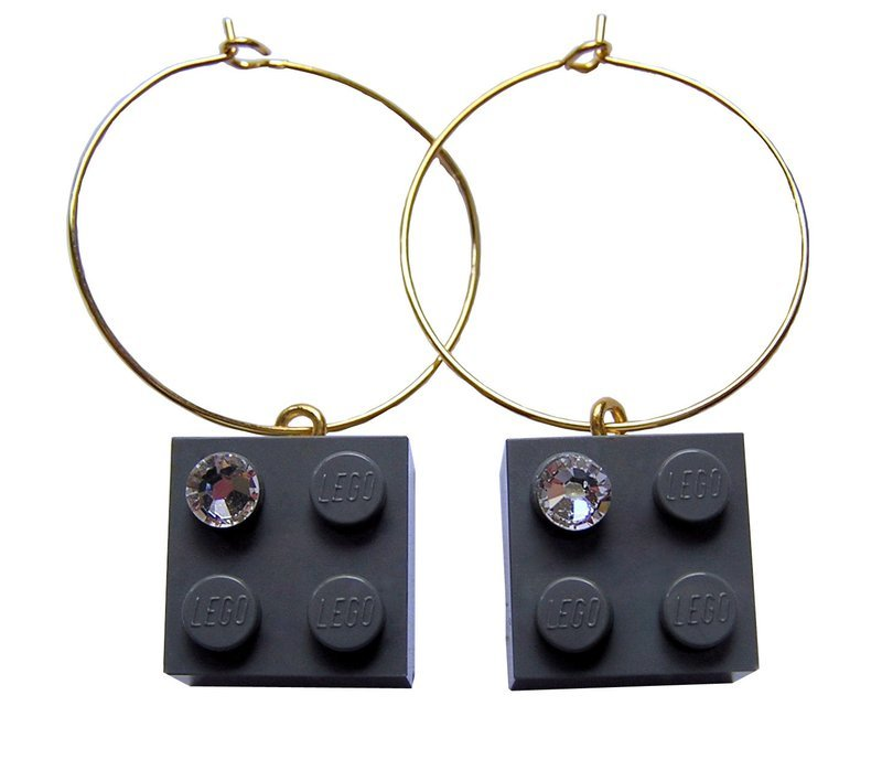 ​Gray LEGO® brick 2x2 with a 'Diamond' color SWAROVSKI® crystal on a Gold plated hoop