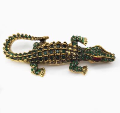 Grande broche crocodile sertie