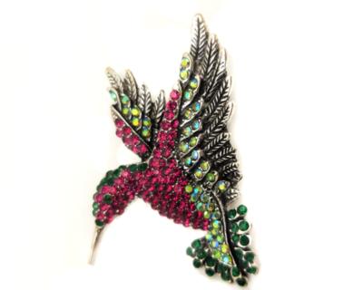 Broche colibri en vol serti de strass multicolore