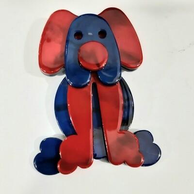 Broche rouge et bleu en forme de toutou