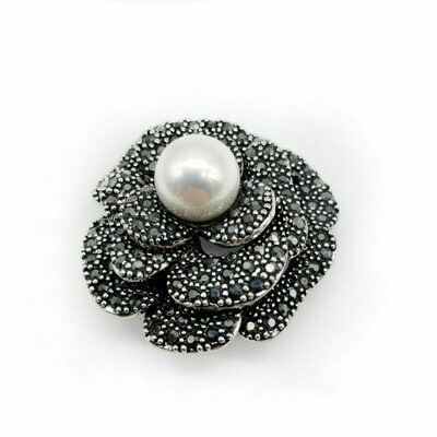 Broche bouton fleur à la perle