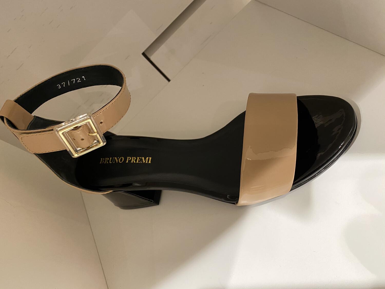 Bruno Premi / sandaal lak beige
