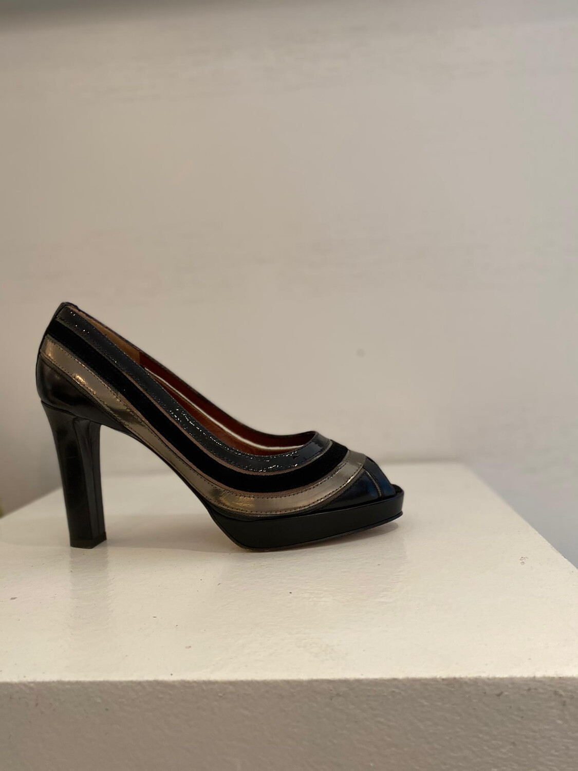 JOHN GREY PUMP MET OPEN TOP ZWART-BRONS