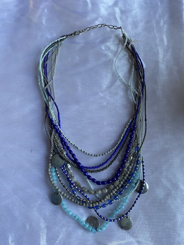 halsketting blauw zilveren tinten