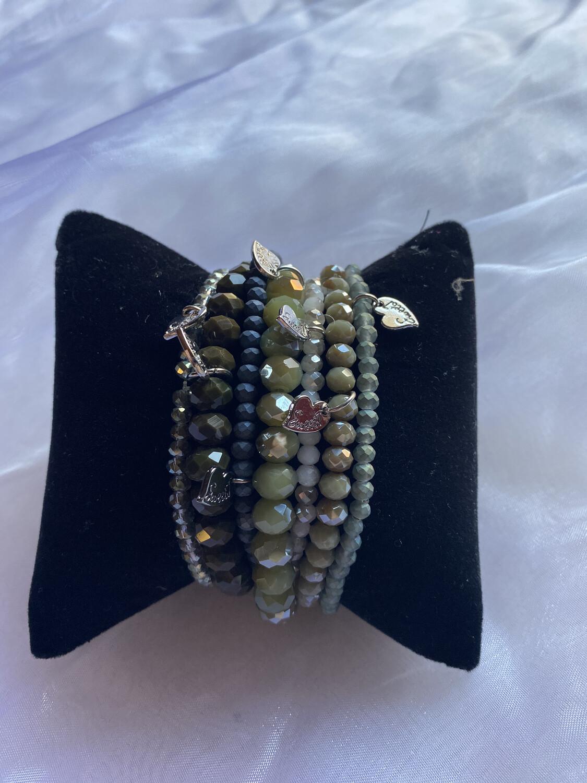 armband grote parels op elastiek donkergroen