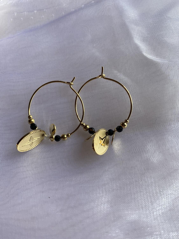 oorringen ringen goud klein met zwarte steentjes en medaillon met kruis