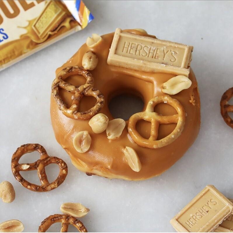 CARAMEL PRETZEL donut