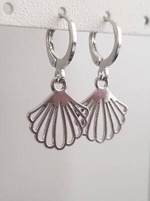 Platte schelp oorbellen zilver